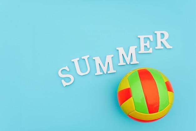 Bola de voleibol multicolorida brilhante e verão de tex em azul