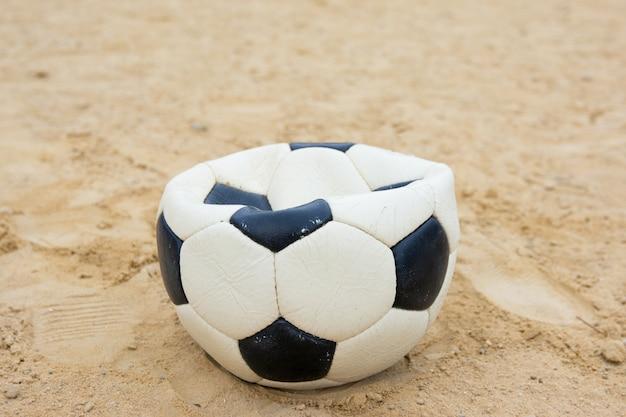 Bola esvaziada esquecida no campo de futebol abandonada