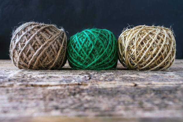 Bola marrom e verde da linha três em placas de madeira.