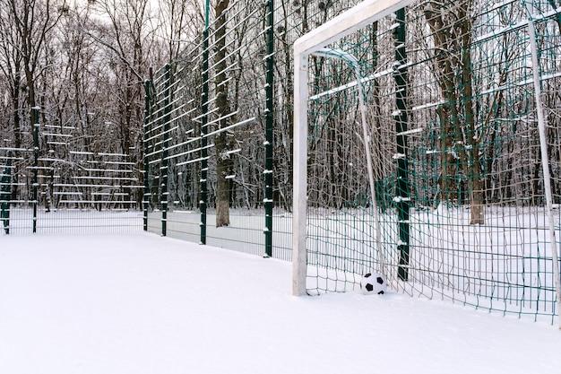 Bola no canto do gol de futebol no inverno