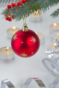 Bola pendurada vermelha e luzes de natal