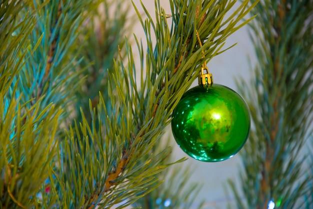Bola verde na árvore de natal. decorações de férias