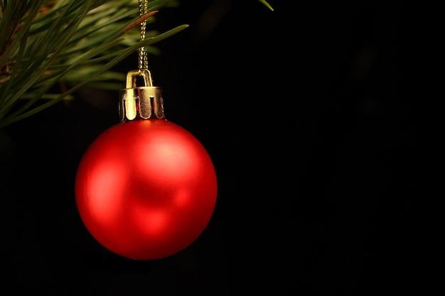 Bola vermelha de decoração de árvore de natal