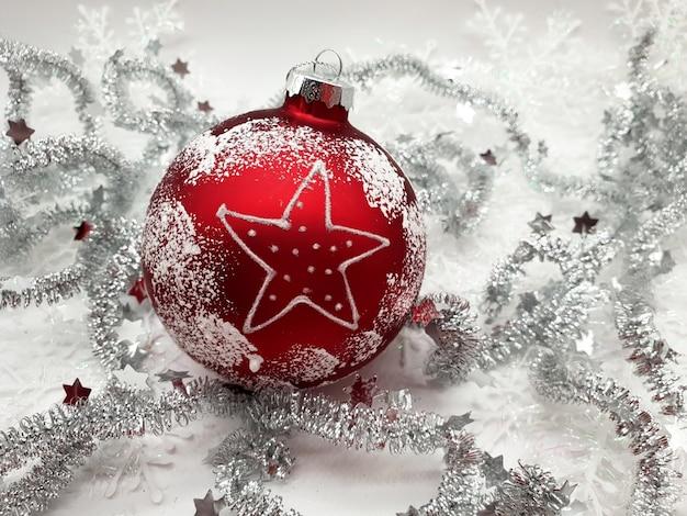 Bola vermelha de natal com decoração prateada