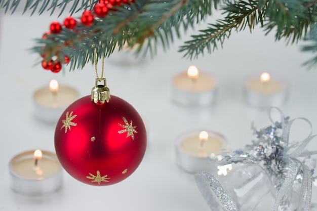 Bola vermelha e luzes de natal