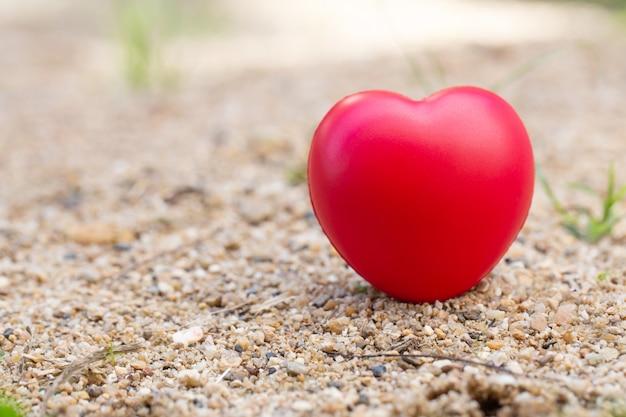 Bola vermelha em forma de coração no chão