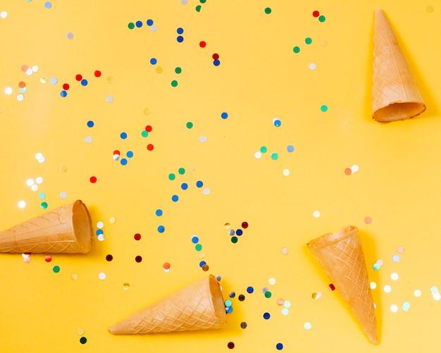 Bolacha cones entre embalagens de doces
