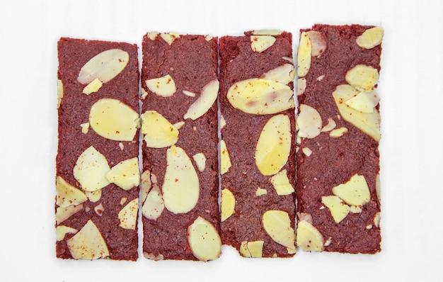 Bolacha crocante de brownies com noz de amêndoa na superfície branca isolada