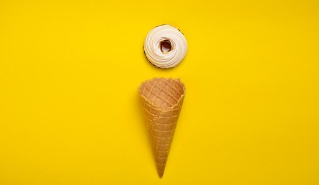 Bolacha de bolacha e marshmallow cookies, vista superior, configuração plana, tendência minimalista