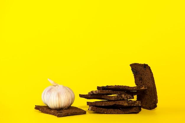 Bolacha de centeio com sementes de cominho e frutos secos, temperados com alho.