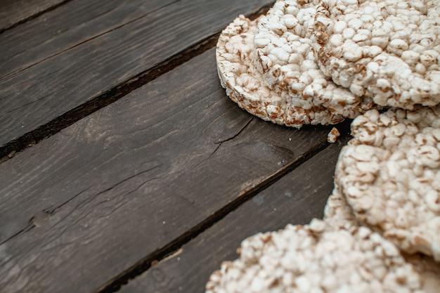Bolacha estaladiça saborosa na mesa de madeira