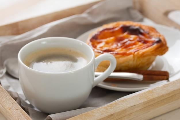 Bolacha portuguesa pasteis de nata com café