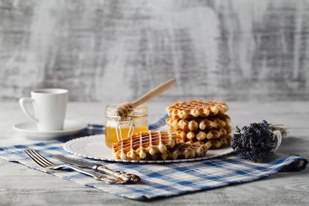 Bolachas caseiras no prato no café da manhã