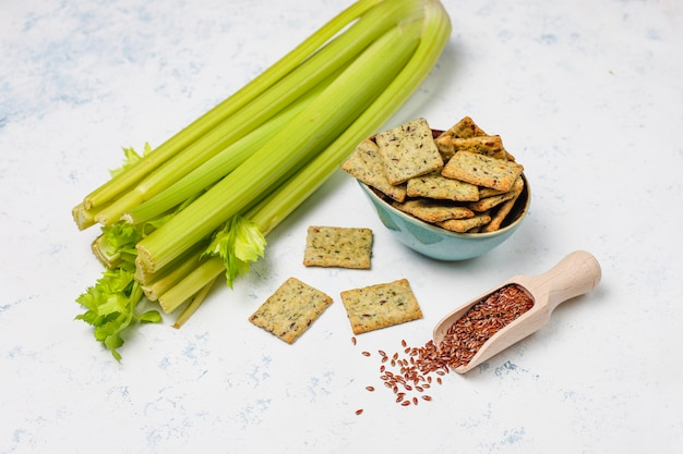 Bolachas com azeite, sementes de linho e verduras