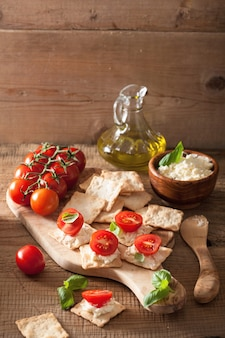 Bolachas com queijo e tomate. aperitivo saudável