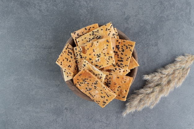 Bolachas crocantes deliciosas com trigo em uma tigela de madeira