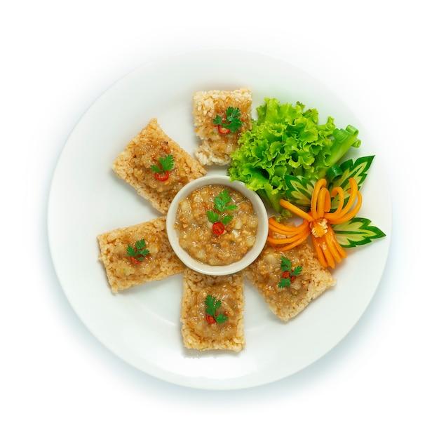 Bolachas de arroz com molho doce de camarão e carne de porco
