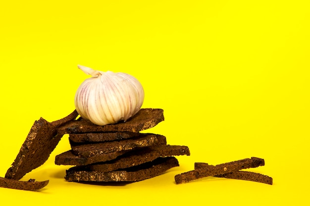 Bolachas de centeio com sementes de cominho e alho.