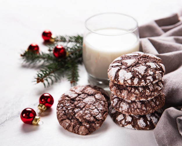 Bolachas de chocolate crackled de natal