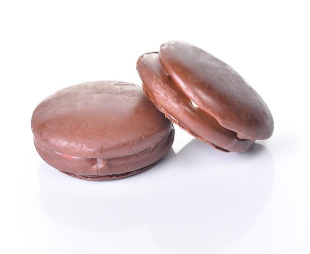 Bolachas de chocolate redondas em fundo branco
