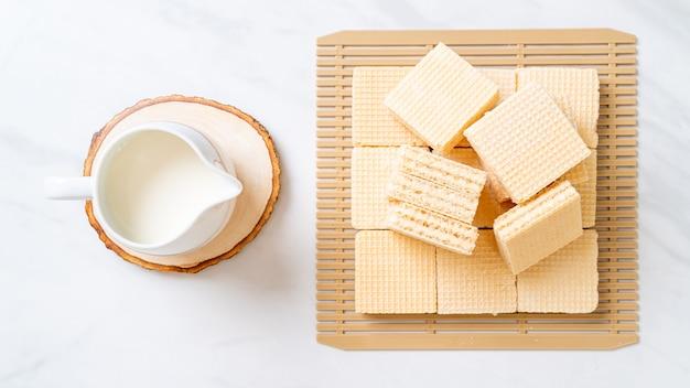 Bolachas de creme de leite com jarro de leite
