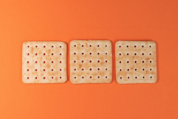 Bolachas de sal na mesa laranja