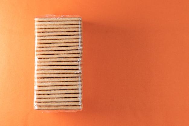Bolachas de sal no fundo laranja