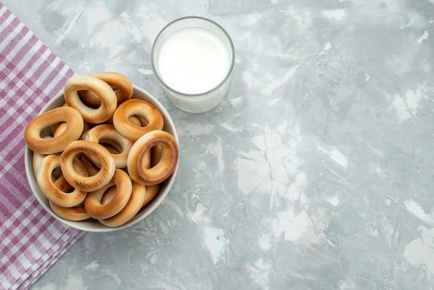 Bolachas de vista superior com leite em cinza