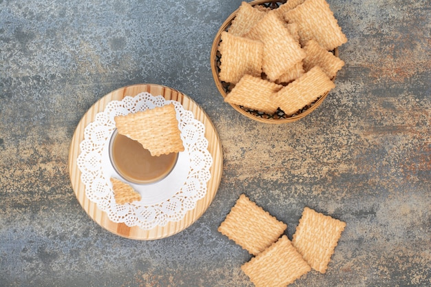 Bolachas deliciosas em uma tigela de madeira com fundo de mármore. foto de alta qualidade