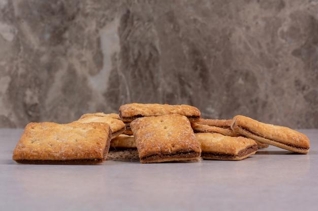 Bolachas doces deliciosas de saco em fundo branco. foto de alta qualidade