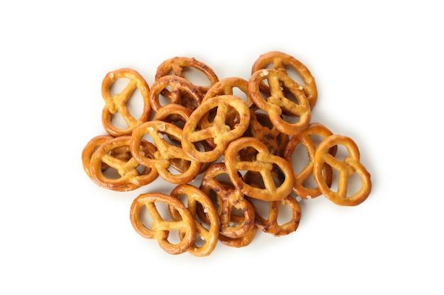 Bolachas saborosas de pretzels isoladas em branco