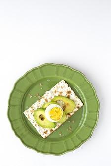 Bolachas salgadas com abacate com ovo de cima