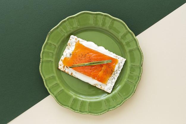 Bolachas salgadas com salmão e queijo de cima
