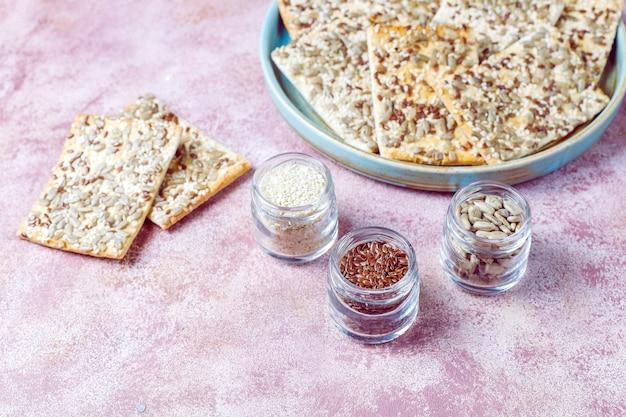 Bolachas saudáveis sem glúten recém-assadas com sementes.