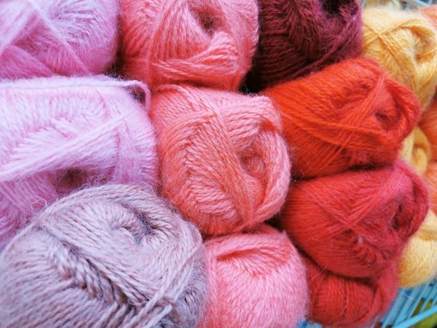 Bolas artesanais hobby fios multicoloridos lã fibra cor algodão fio material artesanal têxtil crochê cordão bico desenho lã.