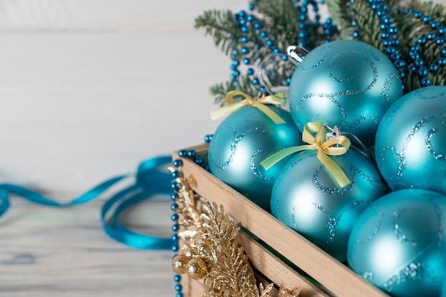 Bolas azuis de spakling de natal em caixa de madeira para decorar a árvore festiva