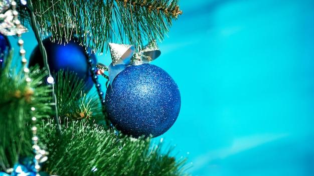 Bolas azuis decoram a árvore de natal, copie o espaço