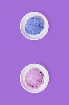 Bolas azuis e violetas minimalistas de sorvete