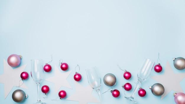 Bolas brilhantes com óculos na mesa