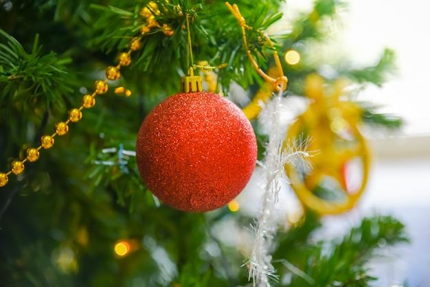 Bolas brilhantes vermelhas, acessórios para enfeites de árvore de natal, para a beleza na festa.