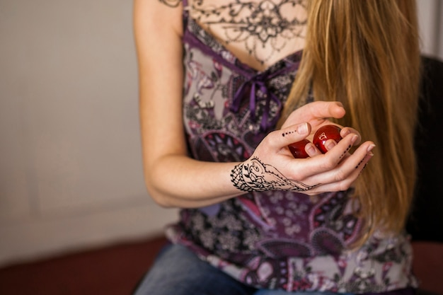 Bolas chinesas vermelhas para relaxamento na mão da mulher