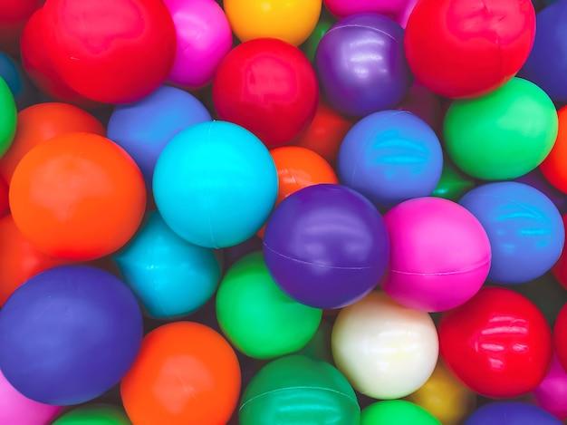 Bolas coloridas brilhantes para a piscina para jogos infantis.brinquedos para crianças, entretenimento para crianças.use em catálogos de lojas infantis, centros de entretenimento de publicidade. fundo multicolorido brilhante