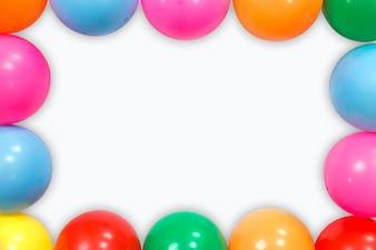 Bolas coloridas colocadas no fundo branco.