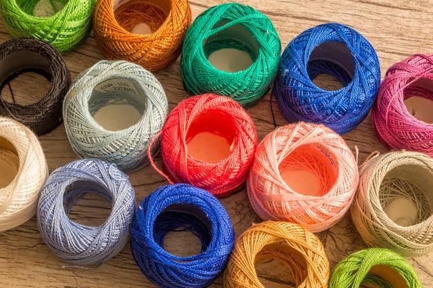 Bolas coloridas de fios. muitas cores. fios para tricotar. novelos de lã. crochê.