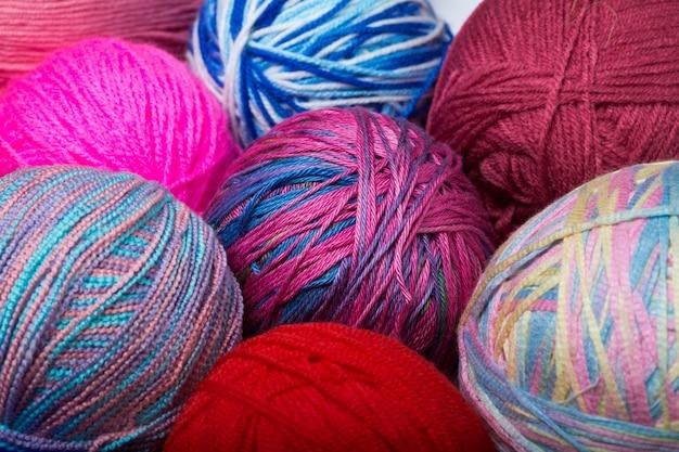Bolas coloridas de fios. vista de cima. cores do arco-íris. todas as cores. fios para tricô. novelos de fios.