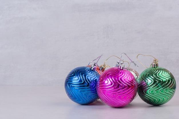Bolas coloridas de natal em branco.