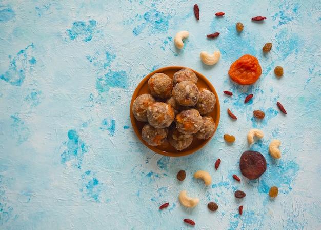 Bolas da proteína da energia, fruto e porca, foco seletivo.