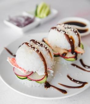 Bolas de arroz com frutos do mar e legumes