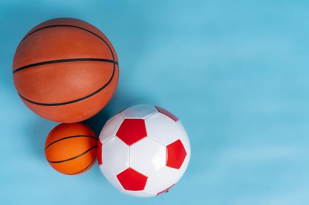 Bolas de basquete e futebol em um azul