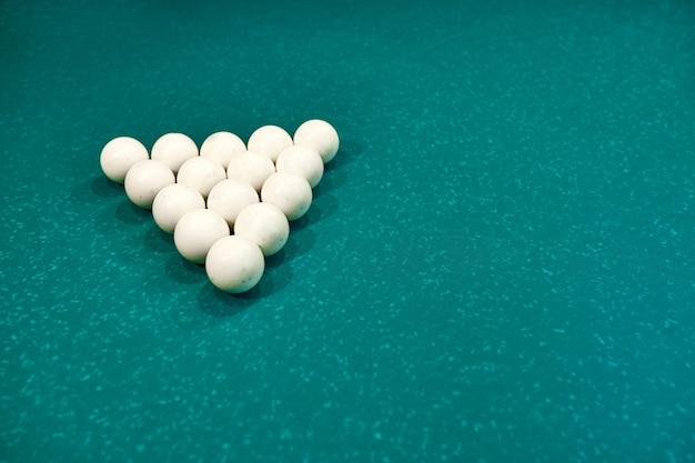 Bolas de bilhar brancas em uma mesa de bilhar azul. jogo de azar de bilhar. fechar-se